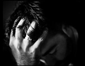 悪質出会い系に落ち込む男性画像